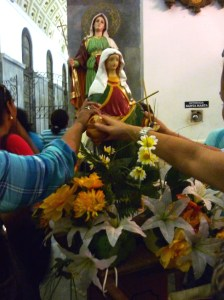 Churchgoers hold Mary in order to receive her blessing